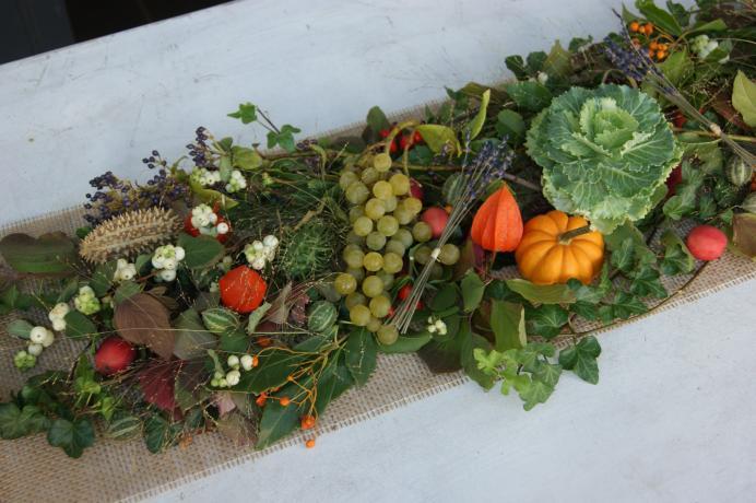 Chemin de table avec baies , fruits et légumes N° 46