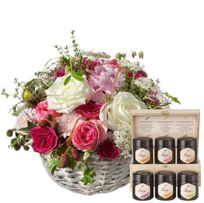 Une corbeille pleine de poésie avec des roses et coffret cadeau de miel N° 4