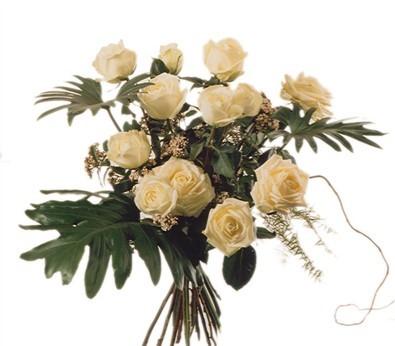 12 Roses blanches avec verdures N° 8
