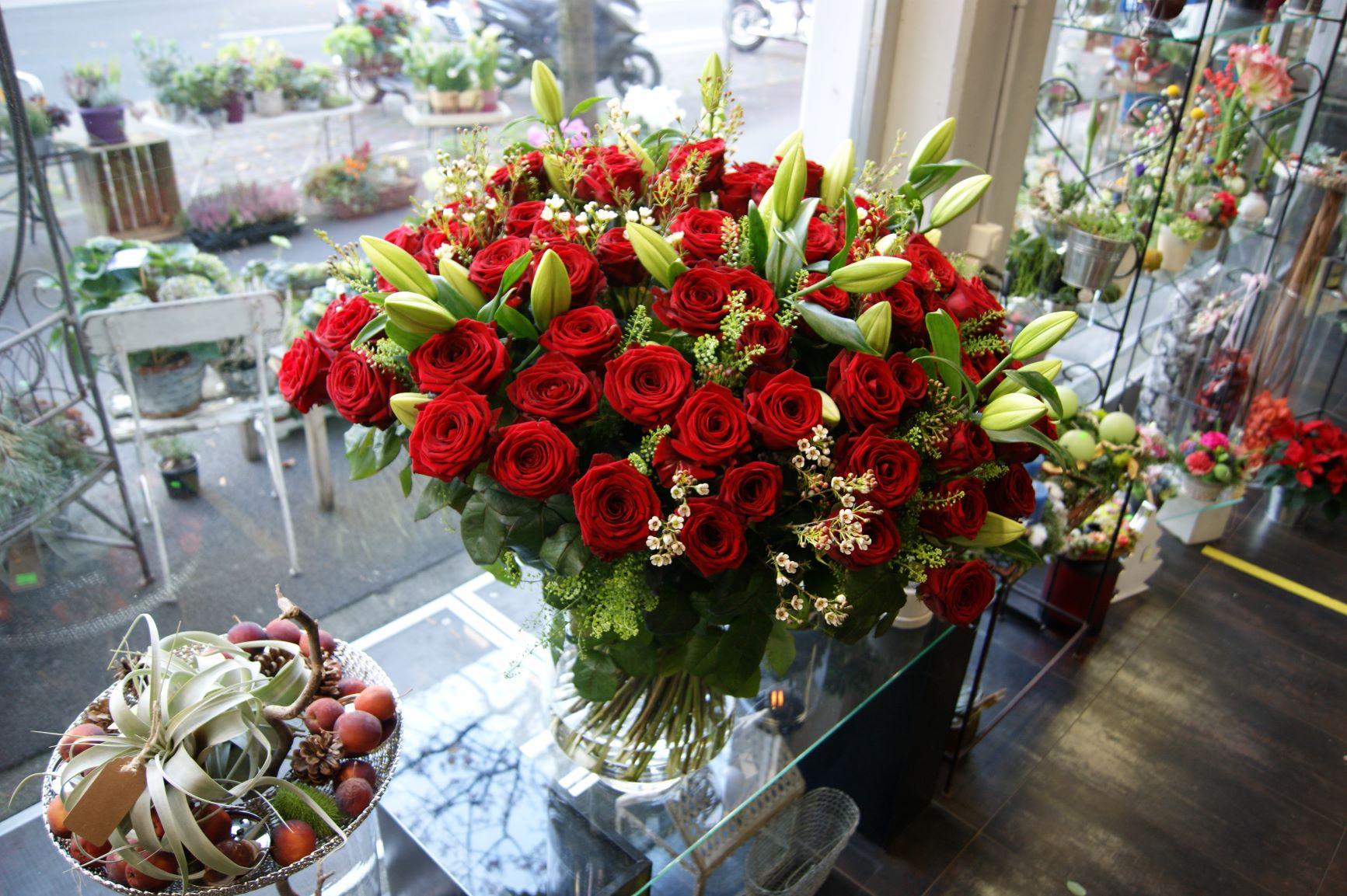 Bouquet de 100 Roses rouges, lys et fleur de cire N° 8