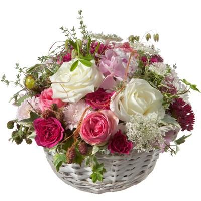 Une corbeille pleine de poésie avec des roses  N° 25